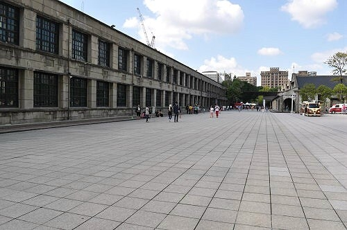 台北文創大樓前的廣場。左為北向製菸工廠(1940年)。 (圖片提供:tony)