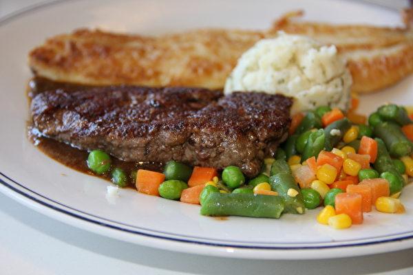 以西式烹調方式料理的港式西餐。(徐曼沅/大紀元)
