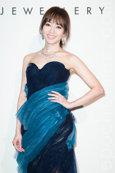 藝人侯佩岑4月15日在台北出席珠寶活動,她透露現在帶小孩逐漸上手,已經不會產後焦慮了,「每天看到他就開心,疲累都忘記了。」(陳柏州/大紀元)