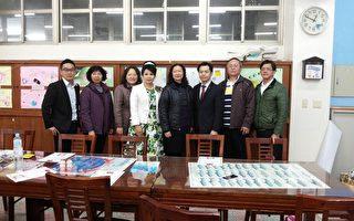 黄小芳校长(右四)感谢由张家铭社长(右三)率领的讲师群及热心人士。(吴思勤提供)