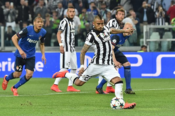 尤文图斯依靠一次点球小胜摩纳哥,图为比达尔主罚点球瞬间。(GIUSEPPE CACACE/AFP/Getty Images)