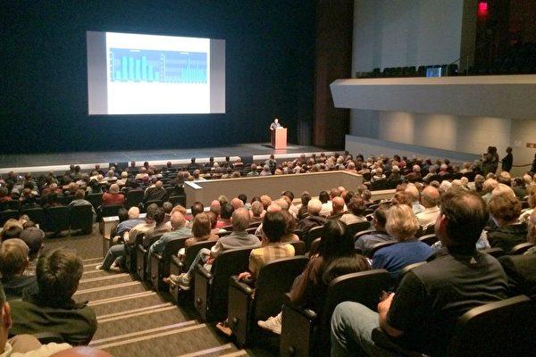 4月14日市警局在亞凱迪亞高中禮堂舉行市民大會,討論近期入室盜竊猛增的趨勢,吸引了超過5百居民參加。(劉菲/大紀元)