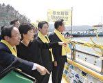 南韓總統朴槿惠(中)16日來到船難發生地珍島彭木港,表示將促成打撈「世越號」一事。(AFP)