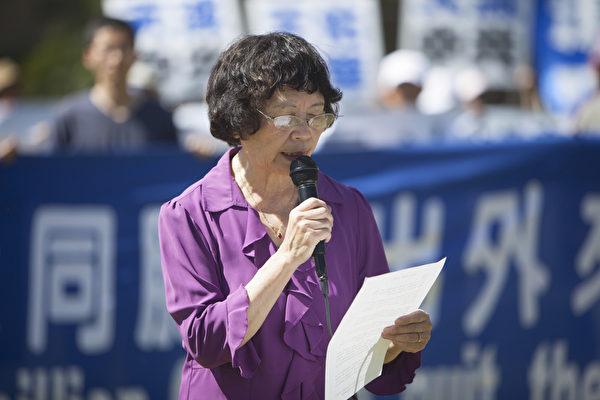 图:洛杉矶全球退党服务中心义工代表李海伦表示,一切还未退出中共一切组织(党、团、队)的中国人赶快声明退出、救己救国,机会不多了。(季媛/大纪元)