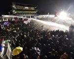 韓國警方以強力水柱驅離前往總統府抗議的群眾。(JUNG YEON-JE/AFP)