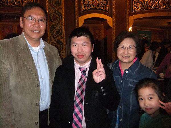 Frank Wang(左)和自己的朋友Nason(中),Donna(右)4月18日下午在普罗维登斯表演中心兴致勃勃地欣赏了两个多小时的神韵巡回艺术团在当地2015年度的第二场演出。