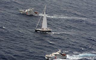 法国政府18日表示,法国海关干员在加勒比海一艘帆船(中)上,查扣2.25公吨古柯碱,是法国当局历来查扣的最大宗古柯碱。 (AFP)