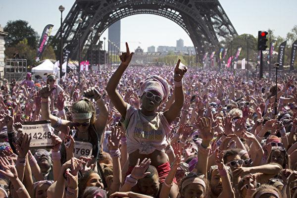 2015年4月19日,法国巴黎5公里路跑活动——缤纷狂奔节。(JOEL SAGET/AFP)