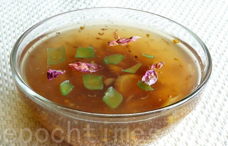 清甜可口的桂花鲜栗羹,可当高级宴客的甜品,也可作平民小吃的甜点。(彩霞/大纪元)