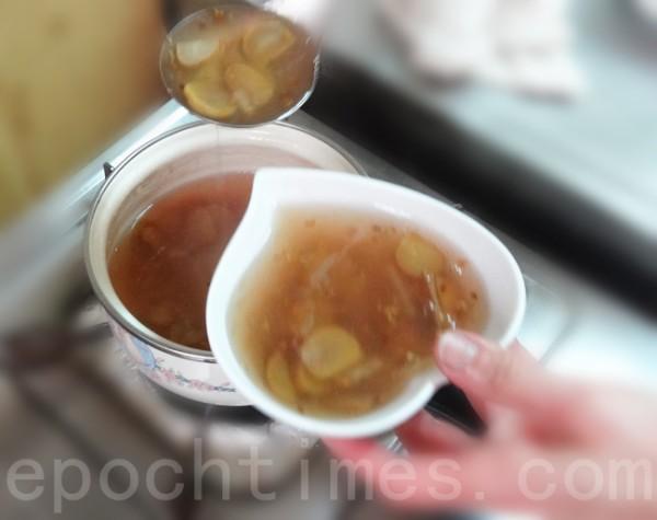 藕粉水均匀倒入锅内,搅拌成羹状后,盛入汤碗内。(彩霞/大纪元)
