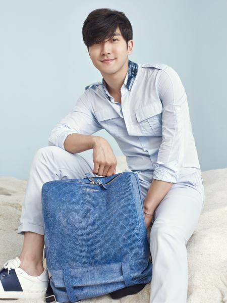 SJ成员崔始源拍摄品牌包款写真。(HELIANTHUS提供)