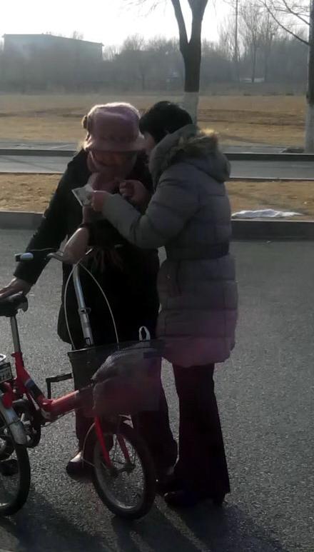 """自1月中旬开始,营救北京市被绑架关押的法轮功学员庞友的""""捍卫正义""""活动开始征集签名。截至3月末,已经有千余名北京各界民众签名或按手印支持营救庞友,他们的正义之声表明了对法轮功的支持和对中共的唾弃。(明慧网)"""