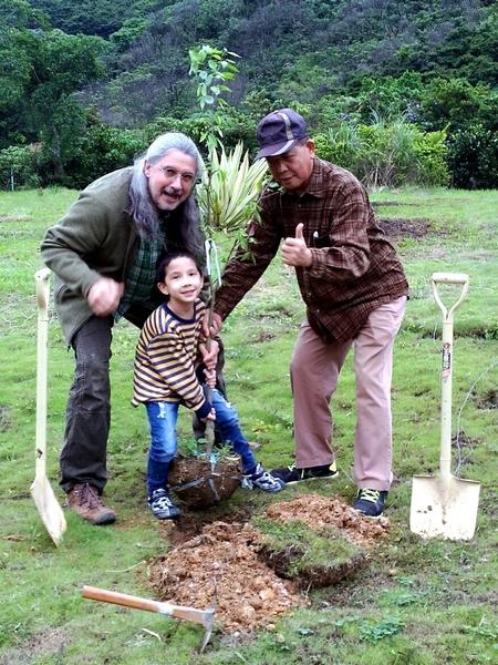 響應「世界地球日」,馬修‧連恩(左)日前帶著兒子Ethan與岳父一起種樹苗。(新視紀整合提供)
