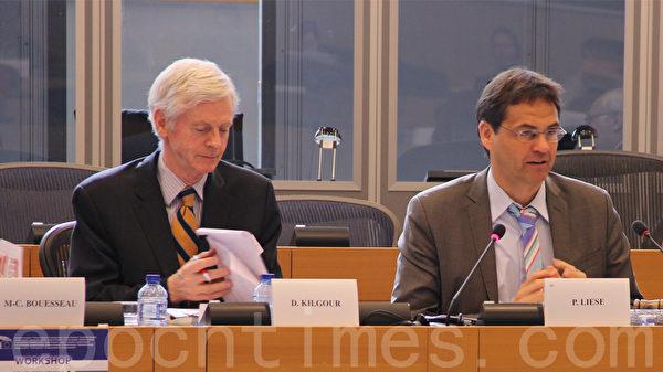 圖為受邀前來的加拿大前亞太司司長大衛∙喬高(David Kilgour)(左),及研討會主持人歐洲議會議員Peter Liese。(林文萱/大紀元)