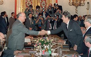 美國前總統里根曾要求前蘇聯領導人戈爾巴喬夫共同抵禦外星人的可能入侵。圖為里根(圖右)與戈爾巴喬夫(圖左)於1988年在克里姆林宮舉行的一場會議中握手。(MIKE SARGENT / AFP FILES / AFP)
