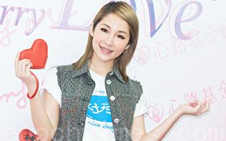 """艺人萧亚轩(ELVA)4月22在台北出席公益活动,秀自创品牌""""Carry Me""""爱心零钱包义卖。(陈柏州/大纪元)"""