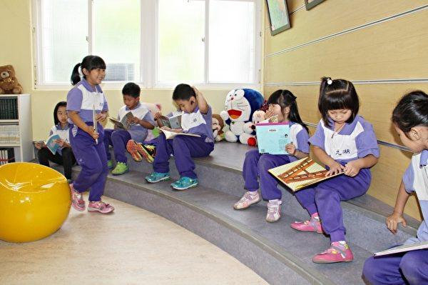 小朋友在图书馆享受阅读的乐趣。(苗县府/提供)