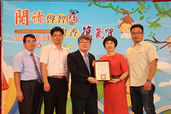 閱讀領航員世賢國小老師許美華(右2)。(嘉義市政府提供)