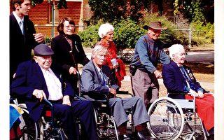 Lane先生参加Bungendore澳纽军团日游行(中间轮椅者是Ron Lane,后面是太太Fae)(照片由本人提供)
