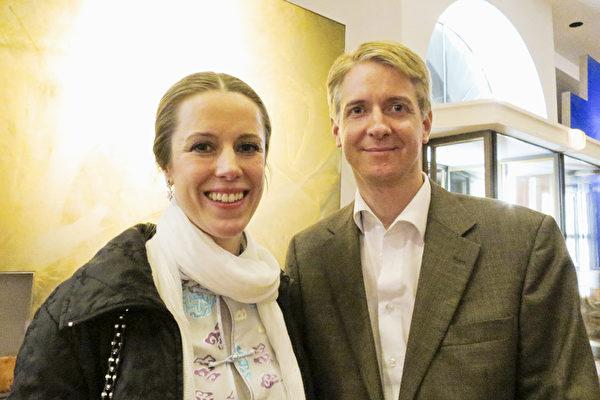 Alexander Mikas和女高音歌唱演員Diana-Marisa Brachvogel女士一起觀看了神韻國際藝術團2015年4月20日在薩爾茲堡的首演。(黃芩/大紀元)