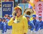 2014年5月10日,曲平在旧金山湾区庆祝5.13世界法轮大法日活动上演唱歌曲。(曹景哲/大纪元)