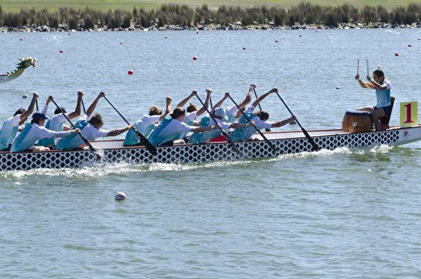 2015年澳洲龍舟賽在西澳珀斯市Armadale區的冠軍湖帆船賽中心(Champion Lakes Regatta Centre)舉辦。圖為4月18日的比賽現場。(周鑫/大紀元)
