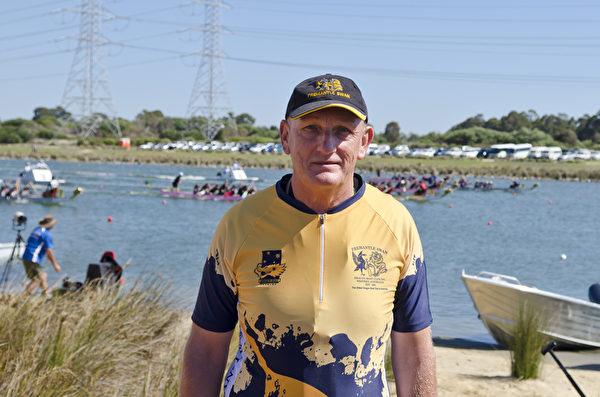 2015年澳洲龍舟賽在西澳珀斯市Armadale區的冠軍湖帆船賽中心(Champion Lakes Regatta Centre)舉辦。圖為澳洲龍舟青年隊教練廷德爾先生(Rex Tindal),他也是澳洲最早建立的龍舟俱樂部—弗里曼特爾天鵝龍舟俱樂部(Fremantle Swan Dragonboat Club)—的主席。(周鑫/大紀元)