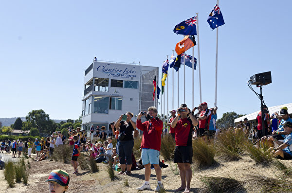 2015年澳洲龍舟賽在西澳珀斯市Armadale區的冠軍湖帆船賽中心(Champion Lakes Regatta Centre)舉辦。圖為觀看龍舟比賽的觀眾。(周鑫/大紀元)