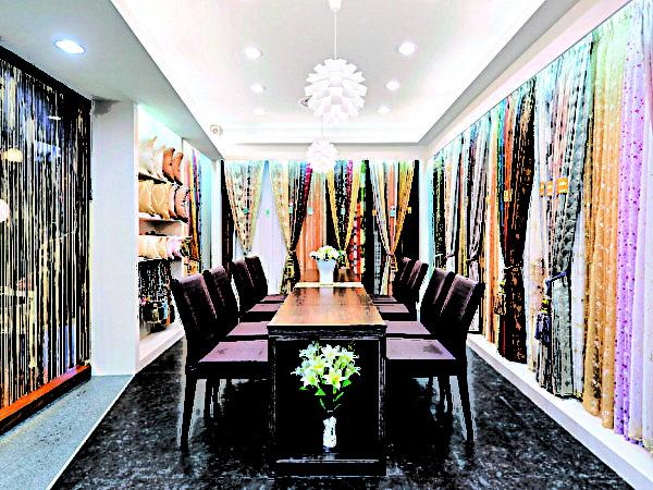 隆美首創尺寸實品、實景、落地式、陳列展售,包含布料、花色、款式都能一目了然。(圖:隆美提供)
