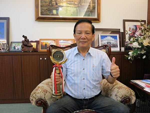 郭麒麟堅持正道經營,不僅榮獲納稅優良商人的表揚,更獲得商業界的最高榮耀──金商獎。(圖:隆美提供)
