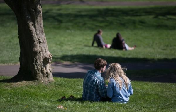 2015年4月22日,英国布兰登公园繁花盛开,情侣们在公园里约会。(Matt Cardy/Getty Images)