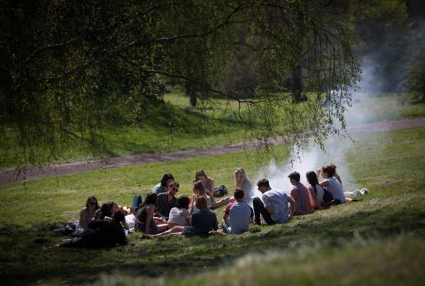 2015年4月22日,英国布兰登公园繁花盛开,人们到公园聚会。(Matt Cardy/Getty Images)