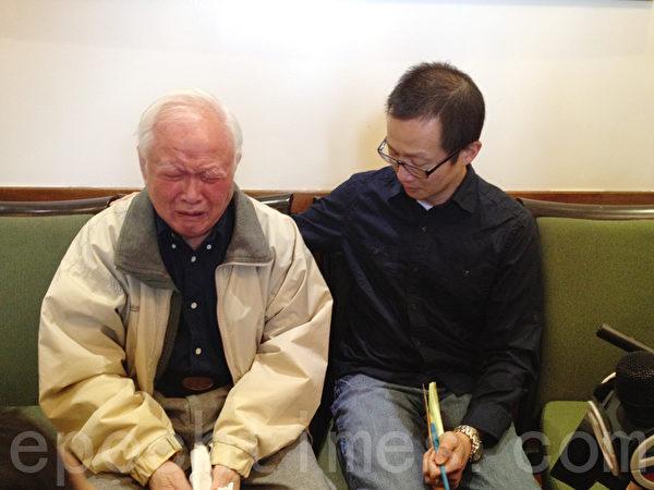 說起妻子的非正常死亡,戴老先生(左一)傷心不已。(林丹/大紀元)
