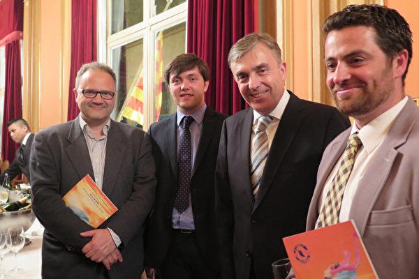2015年4月24日,西班牙蕾麗達劇院的CEO José Luis Torrelles(左一)Pol Torrelles(左二),還有巴塞羅那歷史文化遺產管理負責人Joan Francesc(左三),以及劇院戲劇文化經理Rafael Zueco(右一)一起觀賞了神韻的首場演出。(文華/大紀元)