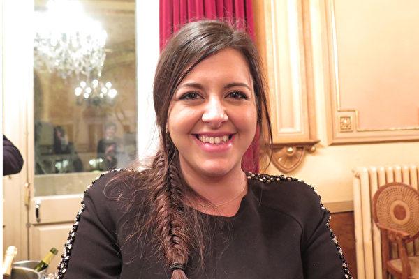 2015年4月24日,看過很多演出的媒體中介人María Ruiz表示神韻是最美的演出。(文華/大紀元)