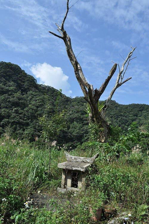 南势坑福德庙。小庙位置绝佳,背有青山蓝天。 (图片提供:tony)