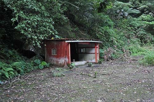 铁皮棚内有一座石砌的小庙-姑娘庙。(图片提供:tony)