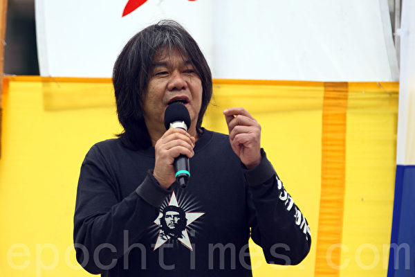 香港法輪功學員4月25日舉行紀念「四.二五」和平上訪16周年及聲援二億人退出中共組織集會遊行,圖為立法會議員梁國雄在長沙灣的集會上發言。(潘在殊/大紀元)