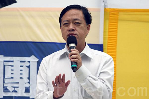 香港法輪功學員4月25日舉行紀念「四.二五」和平上訪16周年及聲援二億人退出中共組織集會遊行,圖為西貢區議員林咏然在長沙灣的集會上發言。(潘在殊/大紀元)