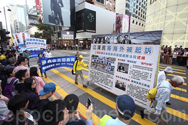 香港法輪功學員4月25日舉行紀念「四.二五」和平上訪16周年及聲援二億人退出中共組織集會遊行。八百人組成的遊行隊伍場面浩大,震撼了許多大陸遊客,他們紛紛拿起相機拍照。(潘在殊/大紀元)