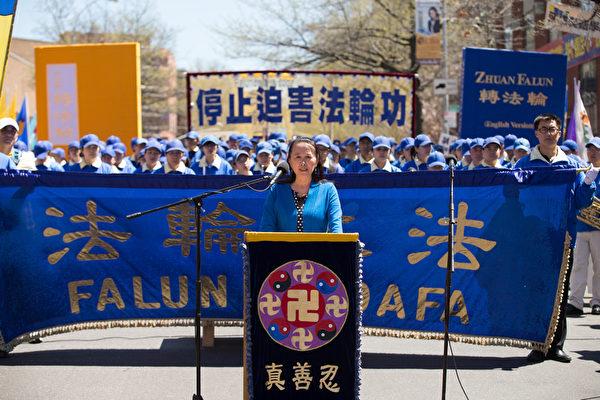 「全球退黨服務中心」主席易蓉在集會上發言。(戴兵/大紀元)