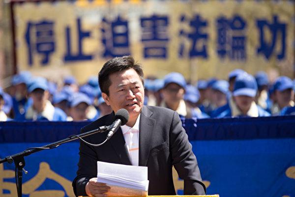 全球退黨服務中心發言人李祥春在集會上發言。(戴兵/大紀元)