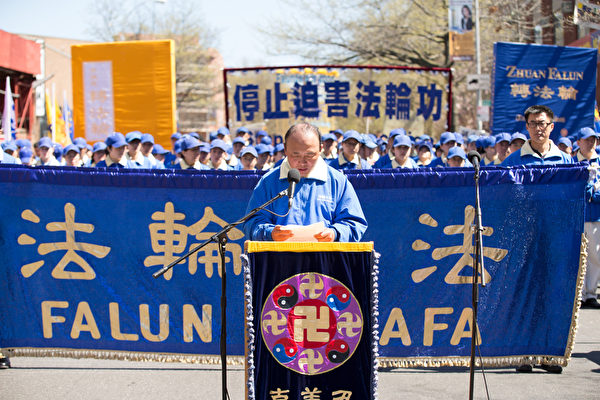 4.25親歷者李凱在集會上發言。(戴兵/大紀元)