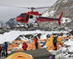 数架直升机26日陆续抵达圣母峰基地营。(AFP)