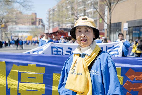 2015年4月25日,约两千名法轮功学员在纽约法拉盛举行大游行和集会。在活动中,法轮功学员闫女士向大纪元记者表示,现在愿意接听真相广播录音的中国人越来越多了。(摄影:谢东延/大纪元)