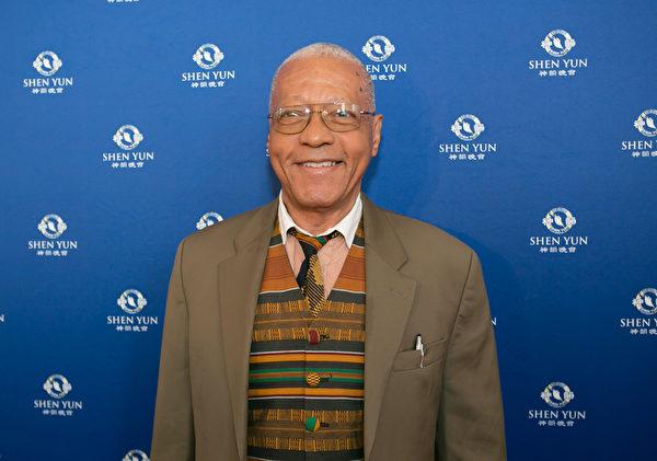 Doug Powell是美國首都一所非裔舞蹈隊的音樂指揮,他和太太一起觀看了4月26日下午的演出。(李莎/大紀元)