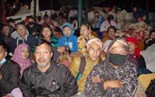 尼泊爾25日發生7.8強震,連日來餘震連連,首都加德 滿都災民餐風露宿。(共同社提供)