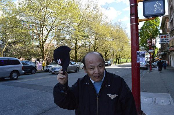 溫哥華法輪功學員攜手覺醒民眾,4月25日共同紀念「四‧二五」和平上訪16週年,同時聲援2億中國人退出中共黨團隊組織。圖為李先生展示被打的頭部傷包。(邱可菲/大紀元)