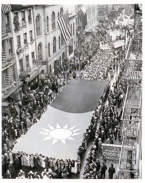 纽约华侨举行盛大游行。队伍最前方200名穿着旗袍的华裔妇女,举起巨幅中华民国国旗带领游行,计有数千名华侨参与。(前纽约中华公所主席伍锐贤提供)