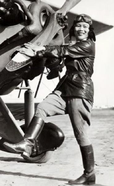"""张瑞芬是中国近代航空史上杰出的女飞行家。她开始飞行时间之早,飞行历史之长,飞行技术之精,在近代女性航空史上都是罕见的。她是林肯航空学校的第一位女生,1936年初,著名的抗日将领蔡廷钻将军就为她写下了""""女界之光""""的题词。(慈航中文学校校长、前美东中文学校协会会长沈琬贞提供)"""